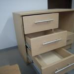 atviri trys vaikiškos komodos stalčiai ir atvira lentyna su stalčiumi dešinėje