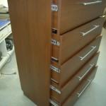 aukšta 5 stalčių prieškambario ruda komoda su strypinėmis rankenėlėmis