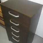 aukšta ir siaura penkių stalčių svetainės komoda