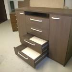 aukšta svetainės komoda su ketveriais stalčiais dvejomis durelėmis ir niša virš stalčių