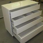 baltos blizgiu paviršiumi svetainės komodos 4 atverti stalčiai