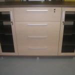 biuro komoda su 2 durelėmis 4 stalčiais ir aliuminėmis kojelėmis