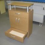 biuro komoda su dviem durelėmis dviem stalčiais ir lentyna su aliuminiais strypais