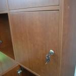 biuro komoda su užrakinamomis durelėmis