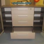 biuro komodos atviros durelės su užraktais ir 8 lentynomis už jų