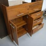biuro komodos prekystalio dvi atviros durelės ir dvi lentynos už durelių