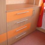 buko spalvos vaikų kambario komoda su 1 durelėmis ir 4 dvispalviais stalčiais