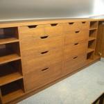 dešimties stalčių svetainės komoda su aštuoniomis lentynomis ir durelėmis