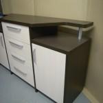 dešiniosios balsvos svetainės komodos durelės ir ketveri balsvi komodos stalčiai per vidurį
