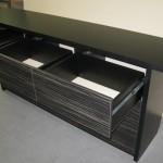 devynetos stalčių juodos miegamojo komodos praviri viršutiniai dryžuoti stalčiai