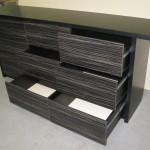 devynetos stalčių miegamojo komodos juodai dryžuoti stalčiai