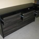 devynetos stalčių vonios komodos juodai dryžuoti stalčiai