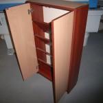 dvejų durelių dvispalvė prieškambario komoda su pasviromis lentynomis