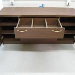 dvejų durelių svetainės komodos viršutinis stalčius su trejais skyriais