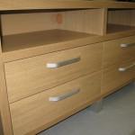 dvi atviros lentynos 4 stalčių rudos svetainės komodos