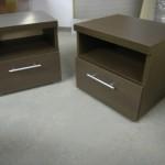 dvi miegamojo komodos su atviromis lentynomis vienu stalčiumi ir storintu komodos viršumi