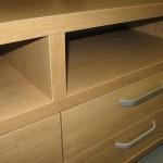 dvi svetainės 4 stalčių komodos atviros lentynos tarp storinto komodos korpuso