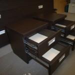 dvi tamsiai rudos dvejetos stalčių miegamojo komodos storintu viršumi