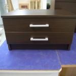 dviejų stalčių tamsiai rudos spalvos svetainės komoda