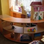 dviemis durelėmis ir puslankio formos atviromis lentynomis vaikų komoda