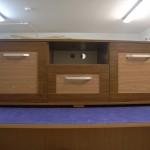 jaunuolio komodos atvira lentyna komodos viduryje su dviem skylėmis laidams