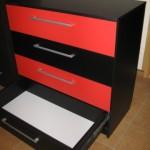 keturių stalčių juodos ir raudonos spalvos prieškambario komoda