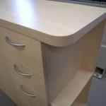 keturių stalčių miegamojo komoda su storintu stalviršiu ir lentynėle iš šono