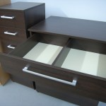 keturių stalčių miegamojo komodos viršutinis stalčius su pertvara