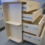 keturių stalčių svetainės komoda su kokybiškais bėgeliais