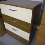 keturių stalčių svetainės komoda su kremo ir rudos spalvos stalčiais