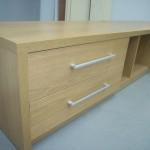 keturių stalčių svetainės komoda su storintu viršumi ir šonais