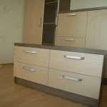 keturių stalčių svetainės rudos spalvos komoda su šviesiai rudos spalvos stalčiais