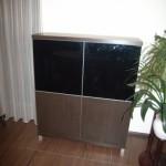 keturiomis durelėmis svetainės komoda su aliuminėmis kojelėmis