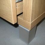 keturkampė svetainės 4 stalčių komodos kojelė ir storintas komodos korpusas