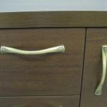 klasikinės rudos prieškambario komodos durelių ir stalčiaus rankenėlės