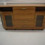 komoda miegamajam dviem atviromis lentynomis stalčiais ir trim durelėmis