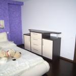miegamojo kambario komoda su 2 durelėmis 4 stalčiais storintais šonais apačia viršumi ir pertvaromis