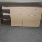 miegamojo komoda su trim kampu nupjautomis lentynomis kairėje 3 stalčiais ir durelėmis