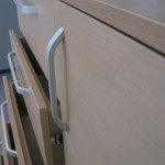 miegamojo komodos dešiniosios durys ir praviri kairės pusės stalčiai