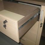 miegamojo komodos pilnai ištrauktas stalčius su užraktu ir durelės su užraktu