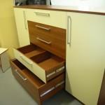 miegamojo komodos su dviem durimis ketvirtasis stalčius su pertvėrimu