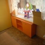 oranžinė komoda vaikams su dviem atviromis lentynomis ir dviem durelėmis