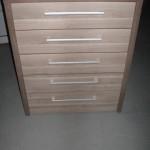 penketos stalčių virtuvės komoda storintu korpusu ir įleistais stalčiais