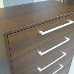 penkių stalčių biuro komoda su įleistais stalčiais