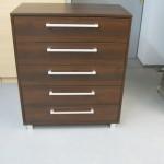 penkių stalčių biuro komoda su aliuminėmis kojelėmis