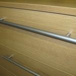 penkių stalčių miegamojo komodos strypinė ilga rankenėlė