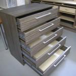 penkių stalčių pilkai ruda jaunuolio komoda su šviesesnio tono stalčiais