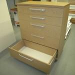 penkių stalčių prieškambario komoda su storintu komodos viršumi ir storinta komodos apačia