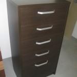 penkių stalčių ruda svetainės komoda su įleistais stalčiais