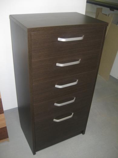 svetainės komodos penkiais stalčiais